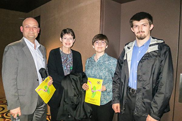 卡特彼勒公司首席信息安全官(CISO)James Holley(左一)4月20日晚偕同全家观看了神韵巡回艺术团在美国伊利诺伊州皮奥里亚市(Peoria)演出。(唐明镜/大纪元)