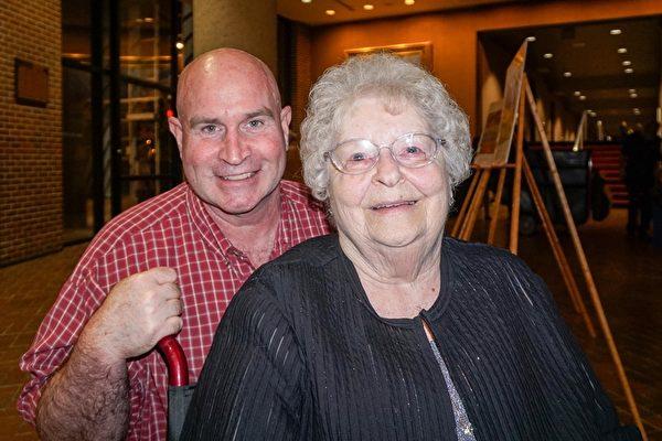 92岁的Joyce Conley女士(图前)和女儿Debbie、侄子Pat(图后)于2016年4月20日一起观看了神韵巡回艺术团在美国伊利诺州皮奥里亚文娱中心(Peoria Civic Center)的演出。(温文清/大纪元)