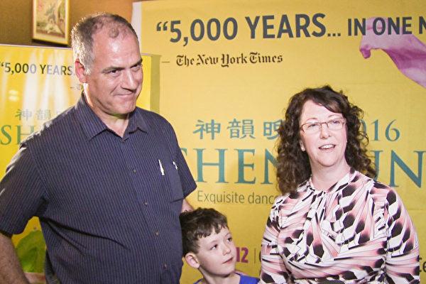 4月20日晚,Glenn Nestlerode先生和太太Nina Nestlerode带着儿子一起欣赏了神韵巡回艺术团在美国伊利诺州皮奥里亚文娱中心(Peoria Civic Center)的演出。(新唐人视频截图)