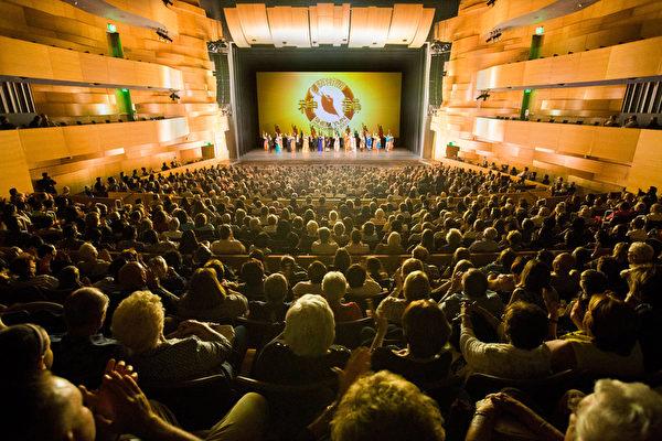 4月20日,神韵纽约艺术团在洛杉矶北岭市(Northridge)山谷表演艺术中心(Valley Performing Arts Center)连续上演两场,票房持续火爆。图为下午场演员谢幕。(季媛/大纪元)