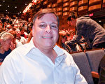 加拿大金融公司副總裁David Gillan先生和未婚妻於4月21日晚觀賞了神韻國際藝術團在加拿大多倫多的索尼表演藝術中心的演出。(周月諦/大紀元)