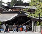 日本熊本县遭到强震侵袭,有250年历史的阿苏神社两层楼正门倒塌。(STR/AFP/Getty Images)