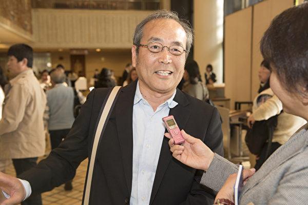 4月22日下午,观看神韵世界艺术团在大阪的演出后,汤川先生表示,通过神韵的舞台感受到中国的古老历史,让他感动。(野上浩史/大纪元)