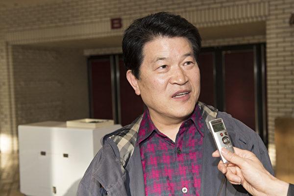 不动产业的有限会社Couken老板久世康博(Kuze Yasuhiro)观赏了4月22日下午美国神韵世界艺术团在日本大阪的尼崎市综合文化中心的演出后,他感到喜出望外。(野上浩史/大纪元)