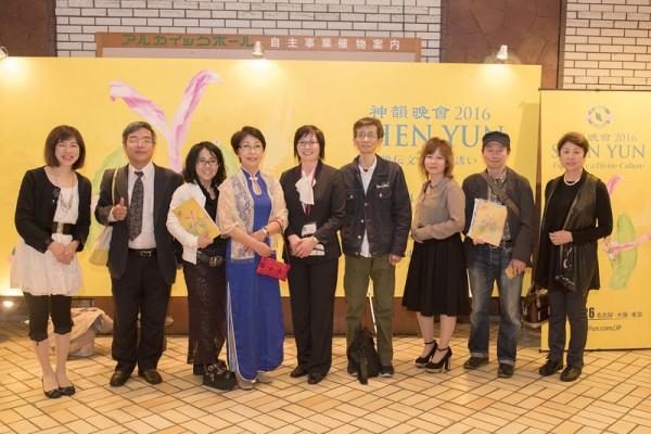 """""""梦的种子""""电台主持人出口荣子(Deguchi Eiko)4月22日晚携20位朋友前来观赏,她开心地在大厅的神韵海报前留影。(张本真/大纪元)"""