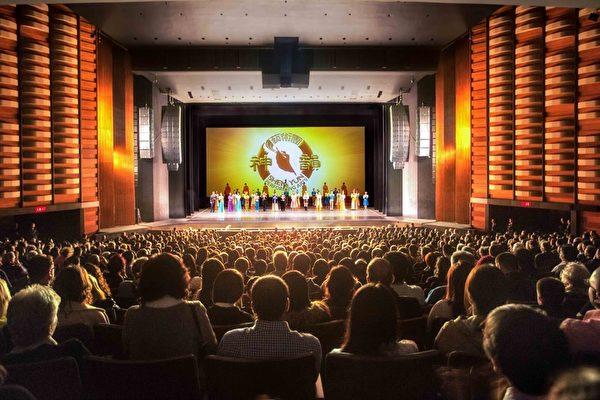 2016年4月22日晚,神韵国际艺术团在多伦多的第二场演出,吸引了很多华人观众,演出引起了他们的共鸣。(艾文/大纪元)