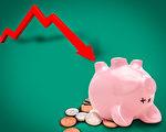 负利率的支持者们认为这一政策将迫使人们减少储蓄,增加消费和投资,从而拉动物价,成功刺激经济。不过据外界分析,由于负利率对退休生活影响显著,人们也可能更加收紧荷包。(大纪元制图)