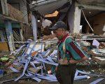厄瓜多尔外海20日又发生规模6.1的余震。图为22日,一名男子站在已变废墟的家园。 (RODRIGO BUENDIA/AFP/Getty Images)