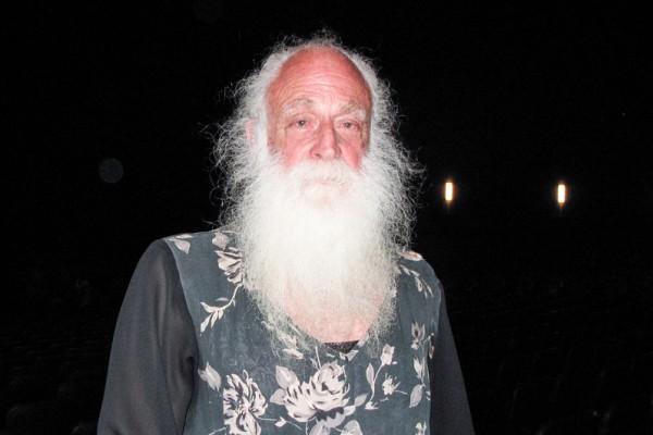 加州州立大学长滩分校退休历史学教授Arnold Springer欣赏了4月23日神韵纽约艺术团在洛杉矶市中心微软剧院的首场演出。(刘菲/大纪元)