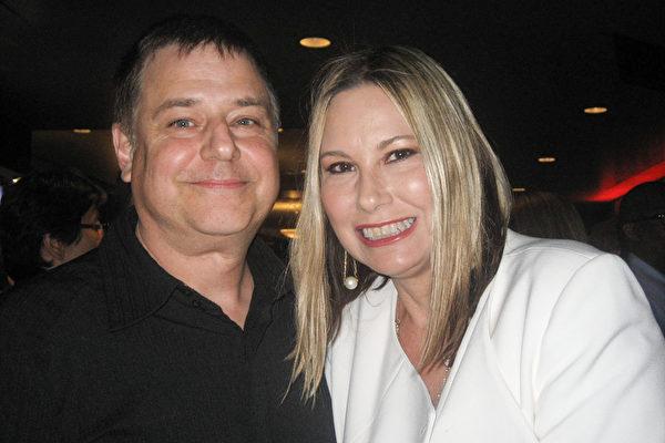 4月23日晚,美国著名电影导演Kevin Booth与太太、电影制片人Trae Booth一起观看了当晚的神韵演出,他们表示,这个演出太美了!绝对会推荐这个演出。(李清怡/大纪元)
