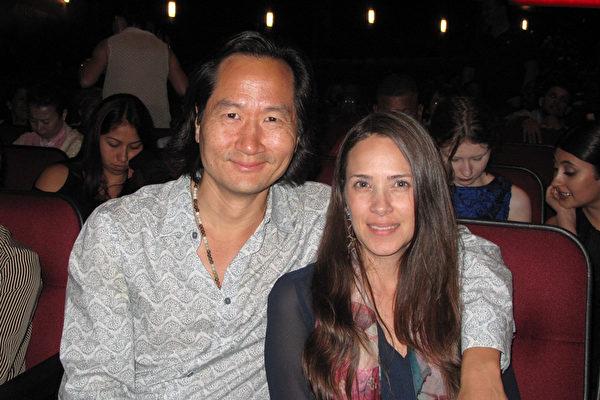 美国著名韩裔演员Charles Chun与女友、珠宝设计师Megan Spivey一同观赏了4月23日晚神韵纽约艺术团在洛杉矶微软剧院的第二场场演出,留下深刻印象。(刘菲/大纪元)