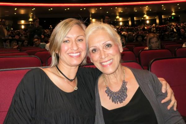 室内设计师Kim Pollard(左)与母亲、画家Pauline Lien一起观赏了神韵纽约艺术团4月23日晚在美国洛杉矶微软剧院(Microsoft Theater)的演出。(任一鸣/大纪元)