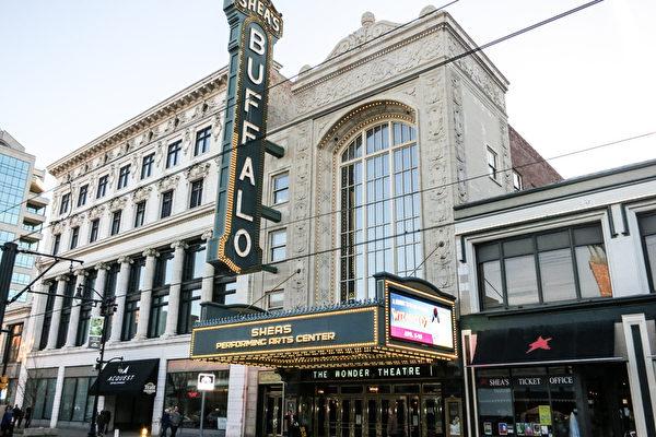 神韵巡回艺术团莅临纽约州第二大城市水牛城的希斯表演艺术中心(Shea's Performing Arts Center),进行了今年当地首演。(林南/大纪元)