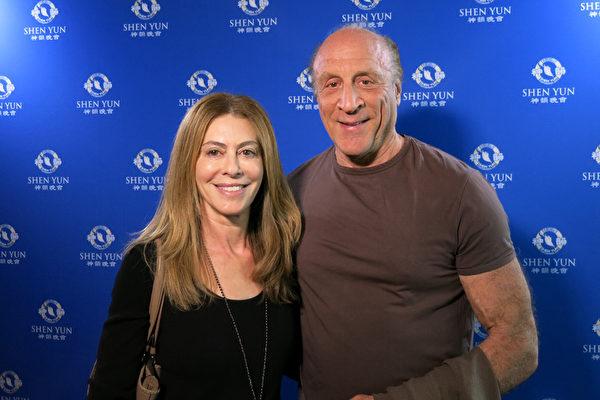 奥斯卡获奖制片人Michael Phillips和律师兼小说家太太Juliana Maio看了4月24日下午神韵纽约艺术团在洛杉矶微软剧院的演出后发出由衷赞叹。(任一鸣/大纪元)