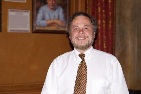 康复医疗专家Mark Tederous于4月24日下午在纽约州水牛城观看了神韵演出后,对中国古典舞心生特别的感触。(林南/大纪元)