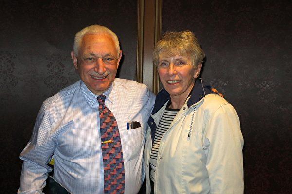 4月24日下午,David D'Amato和太太 Peggy D'Amato在纽约州水牛城的希斯表演艺术中心(Shea's Performing Arts Center)观赏了神韵巡回艺术团在当地的第二场演出。(陆查理/大纪元)