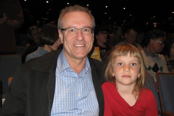 国会议员Borys Wrzesnewskyj带女儿Victoria于2016年4月24日观赏了神韵演出,他称赞神韵是最高级别演出。( 周月谛/大纪元)