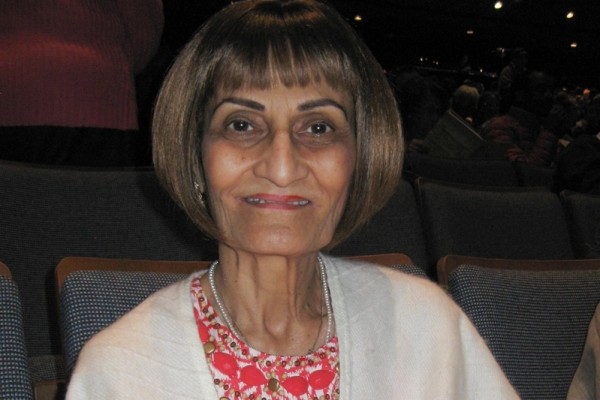 安省高档公寓开发商总裁兼设计师Mumtaz Bhamani于2016年4月24日观赏了神韵演出,她表示很敬佩神韵的设计。(周月谛/大纪元)