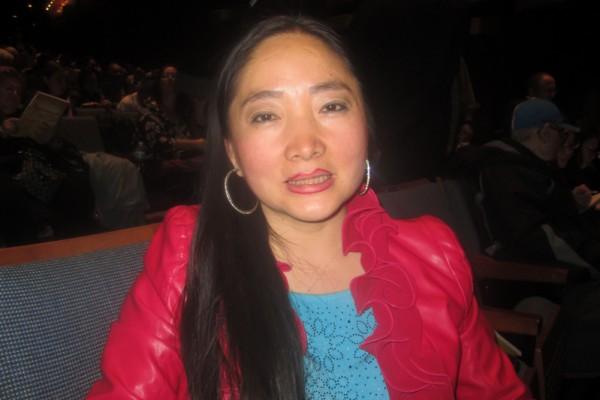 张德艳女士是第一次观看神韵演出。她表示看演出中她一直在哭,一种莫名的感动。(李佳/大纪元)