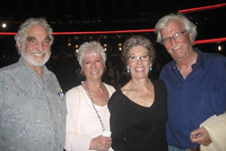 企业家Howard Pollack(左一)与太太Joni Pollack(左二)及亲人,观看了4月24日神韵纽约艺术团在洛杉矶微软剧院的演出。(李清怡/大纪元)