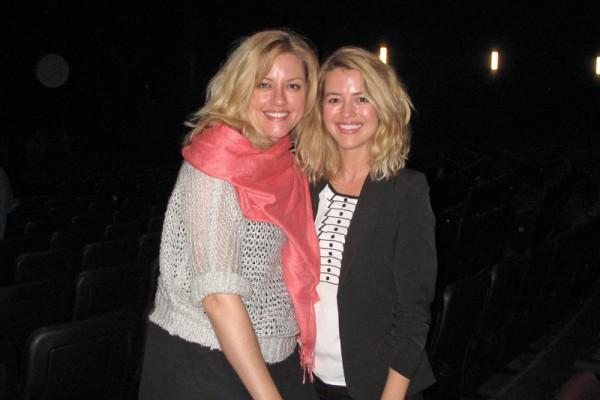 好莱坞女演员Steffany Huckaby(右)和Elizabeth Carlson观赏了4月24日晚神韵纽约艺术图案在洛杉矶微软剧院的演出后,久久不愿离去。(刘菲/大纪元)