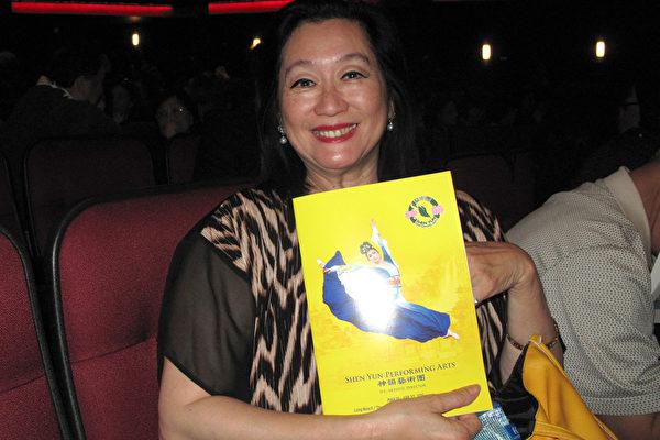 4月24日晚,神韵纽约艺术团在洛杉矶市中心微软剧院的最后一场演出盛大举行,美国华裔舞蹈协会会长袁璐第四次观赏神韵。(刘菲/大纪元)