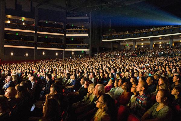 4月30日晚,神韵纽约艺术团圆满结束了在世界影视之都洛杉矶市及周边城市的2016年巡演,创下31场演出全部爆满(原订28场增加3场)、28场售罄一票难求再加座4千的票房纪录,共有7万2千名美国主流观众欣赏了神韵风采。好莱坞顶级制片人、导演、演员、编舞家、作曲家、视觉艺术家、作曲家、歌唱家、服装设计师以及政商学界精英纷纷慕名而来。图为24日洛杉矶下午场演出时场内盛况。(季媛/大纪元)