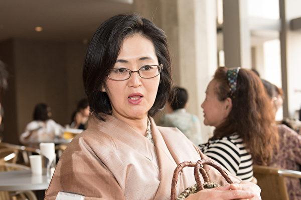 来自山梨县的玻璃工艺品创作家野泽(Miyuki Nozawa)4月26日下午在东京观看了神韵演出。(野上浩史/大纪元)