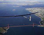 在经过三天飞行后,从夏威夷起飞的太阳能飞机——阳光动力号飞越太平洋,美国时间4月23日抵达加州。(Jean Revillard/AFP)