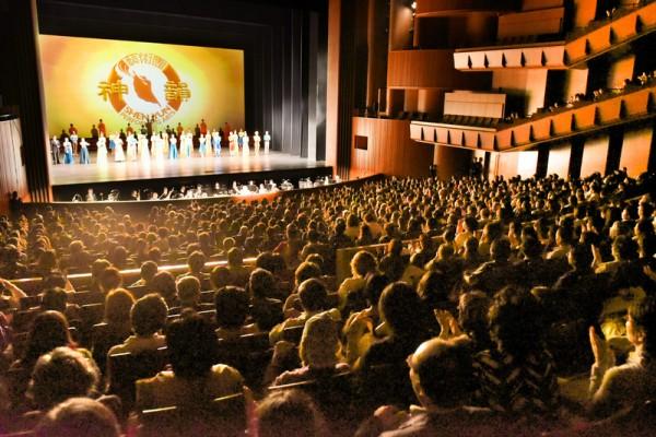 神韵世界艺术团在日本巡演的最后一站东京的三天四场演出场场爆满,一票难求。(野上浩史/大纪元)