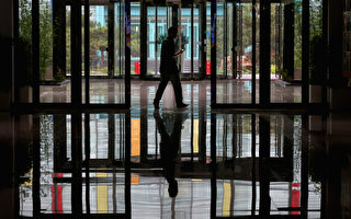 东北经济低迷,造成大量人口出走谋生,而背后的深层原因是中共专制下官商、官黑勾结,政商腐败毁了东北的经济环境。(Feng Li/Getty Images)