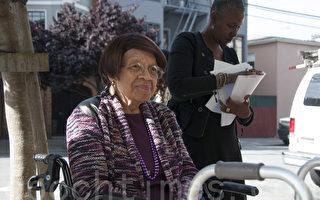 4月26日,在旧金山Hayes Valley的一幢民居住了60年的99岁老人艾瑞斯‧坎纳达(Iris Canada),面临屋主将TIC改制成公寓的压力。(周凤临/大纪元)