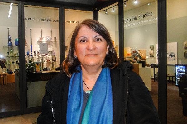 Canderan女士观看了神韵艺术团4月26日晚在密西沙加市演艺中心的首场演出。她说,观看了神韵,就是重新找回自己的时候。(滕冬育/大纪元)