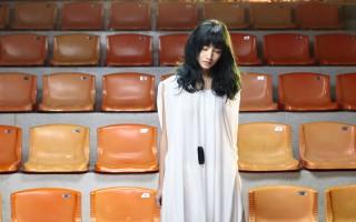 李千娜拍攝另一波主打歌《甜美的繩索》MV畫面。(環球唱片提供)