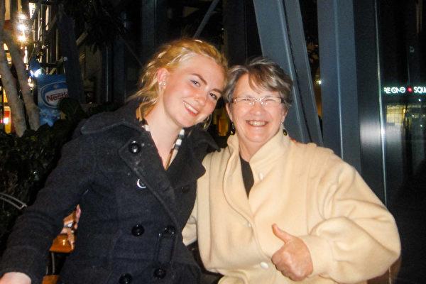 Sadie Wells Liddy与奶奶一起看了今晚的神韵演出,她不停的说演出