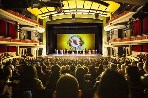 密西沙加演出再满场,华人观众表示,有对神的信仰会带给我们心灵的宁静和毅力,还会远离灾害。(艾文/大纪元)