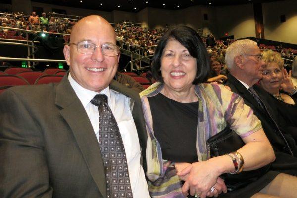 前芭蕾舞演员Michelle Barnes(右)和先生Chuck Barnes于4月27日晚观看了神韵纽约艺术团在贝克斯菲罗布班克剧院(Rabobank Theater, Bakersfield)的演出。(李旭生/大纪元)