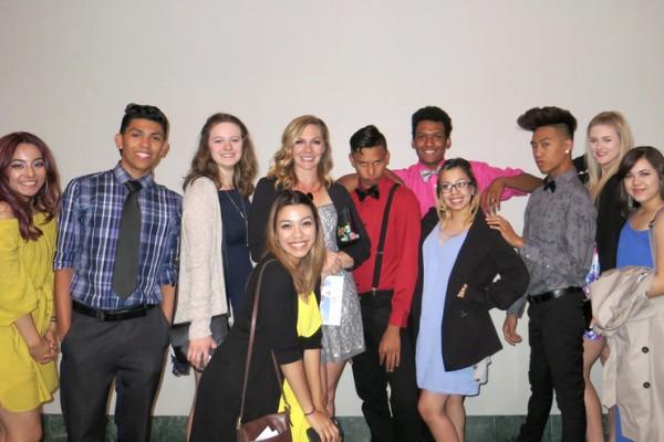 专业舞蹈演员同时也是舞蹈教师的Kassi Hampel(后排左四)4月27日晚带着班上的10名学生观赏了神韵纽约艺术团在贝克斯菲市罗布班克剧院(Rabobank Theater)的首场演出。(任一鸣/大纪元)