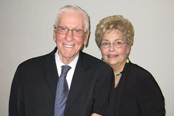 壳牌(Shell)石油公司退休高管Dan Bax(左)与友人Lynn Bennett 4月27日晚一起观赏了神韵纽约艺术团在加州贝克斯菲市罗布班克剧院(Rabobank Theater)的演出。(任一鸣/大纪元)