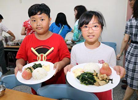 內惟國小28日的蔬食日,同學表示滿意菜色。(高市教育局提供)