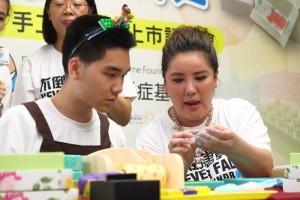 艺人小祯(胡盈祯)(右)28日出席唐氏基金会手工皂上市记者会。(中央社)