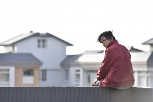 霍正奇在新戏《遗憾拼图》演出,一扫过去正派小生形象,饰演剧中落魄夫的角色。(台视提供)