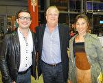 令公司總裁Guanabara先生及家人4月28日晚觀看了神韻在加拿大密西沙加的最後一場演出,紛紛稱讚神韻。(滕冬育/大紀元)