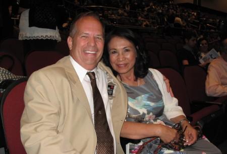 """海军库存管控经理Kevin Haun与太太Haida Haun一起观看了神韵纽约艺术团2016年4月28日晚在加州贝克斯菲(Bakersfield)的神韵演出,他们表示,看神韵是""""一个让人内在灵魂的精神觉醒的过程。""""(刘菲/大纪元)"""