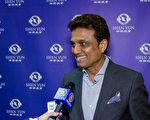 Ray Gupta先生看完當天的演出後表示,他最喜歡《龍宮奪寶》。(新唐人電視截圖)