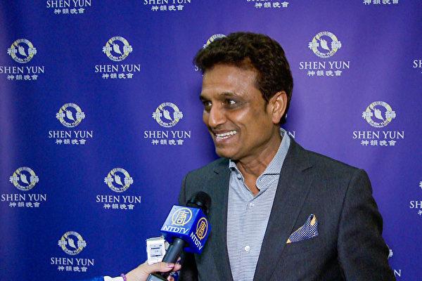 Ray Gupta先生看完当天的演出后表示,他最喜欢《龙宫夺宝》。(新唐人电视截图)