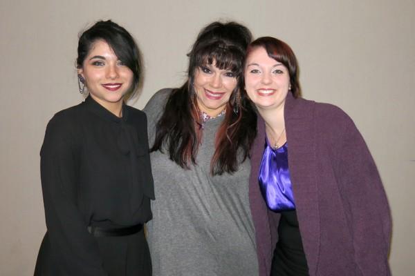 音乐人Michelle Martin(中)4月28日晚与女儿Natasha Martin(左一)以及养女Krystal Tripp(右)一同观赏了神韵在贝克斯菲的第二场演出,被感动落泪。(任一鸣/大纪元)
