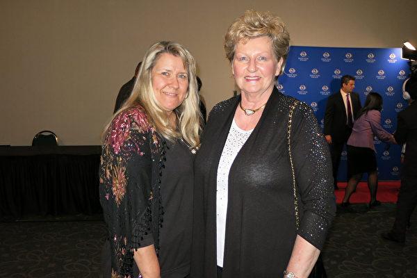 在当地颇有名气的陶瓷画家Kathryn Chernabaeff(右)和儿媳Katrina于4月28日晚观看了神韵纽约艺术团在贝克斯菲的罗布班克剧院进行的第二场演出。(李旭生/大纪元)