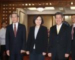 中華民國總統當選人蔡英文(前中)、副總統當選人陳建仁(前右)4月29日赴外交部聽取簡報。(中央社)