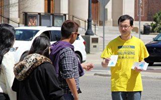 法轮功学员在校园内和民众交谈,传递真相。(Amber Li/大纪元)